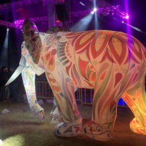 Elefante iluminado gigante